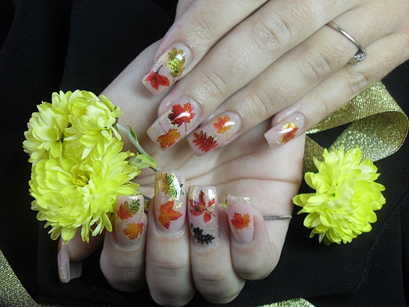 Бирюзовый маникюр и лак для ногтей мятного цвета. Фото 28